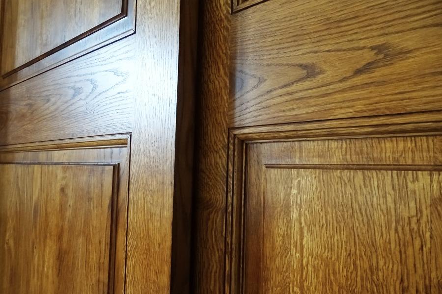 Porte coulissante en bois par menuiserie Duprat